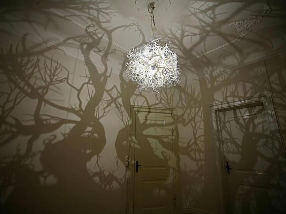 Люстра, превращающая комнату в лес