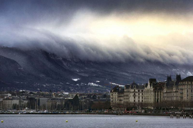 Облака в виде цунами