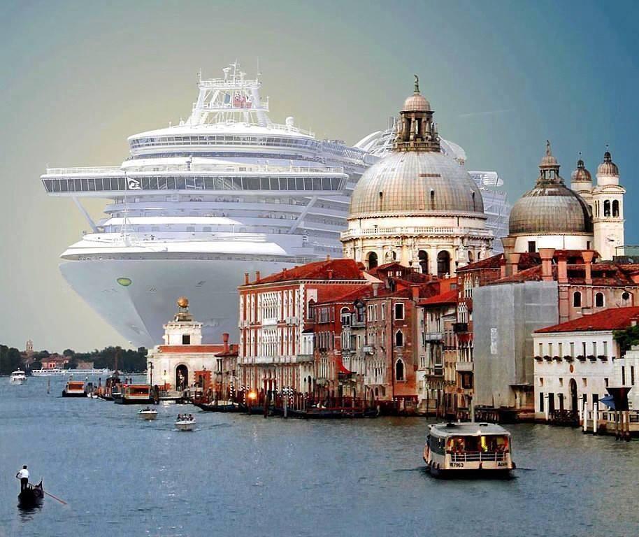 Лайнер MSC Magnifica 5, входящий в Венецианский порт.