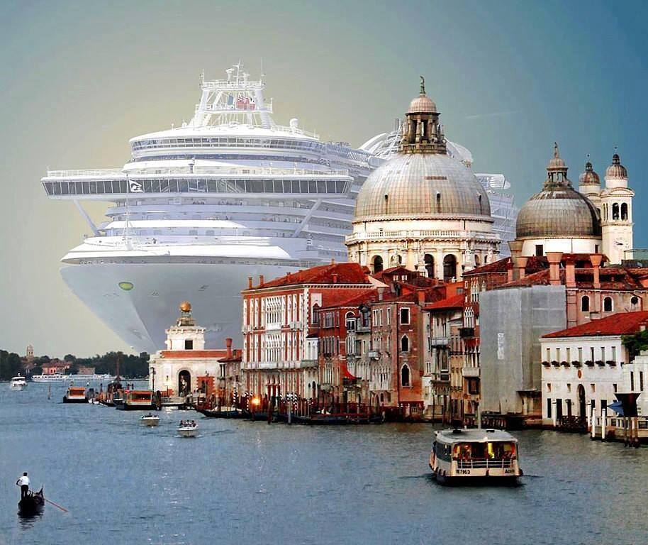 Океанический лайнер в Венеции