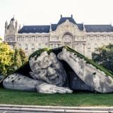 На одной из площадей Будапешта появился гигант, вылезающий из земли