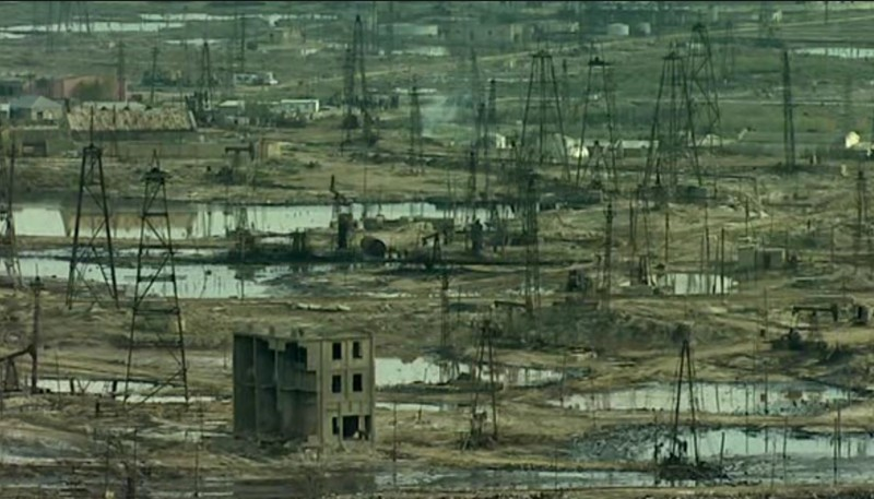 Ландшафты Азербайджана, обезображенные нефтедобычей.