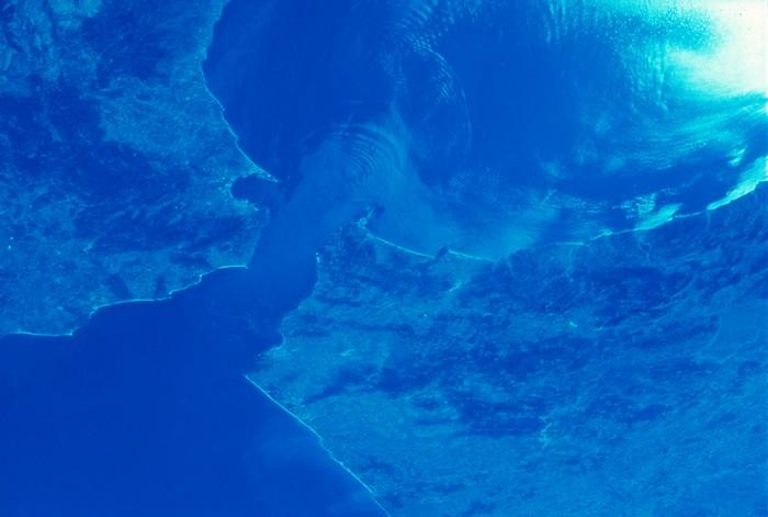 Гибралтарский пролив, соединяющий Средиземное море с Атлантическим океаном
